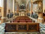 De Hofkirche in Innsbruck met grafmonument en zwarte beelden