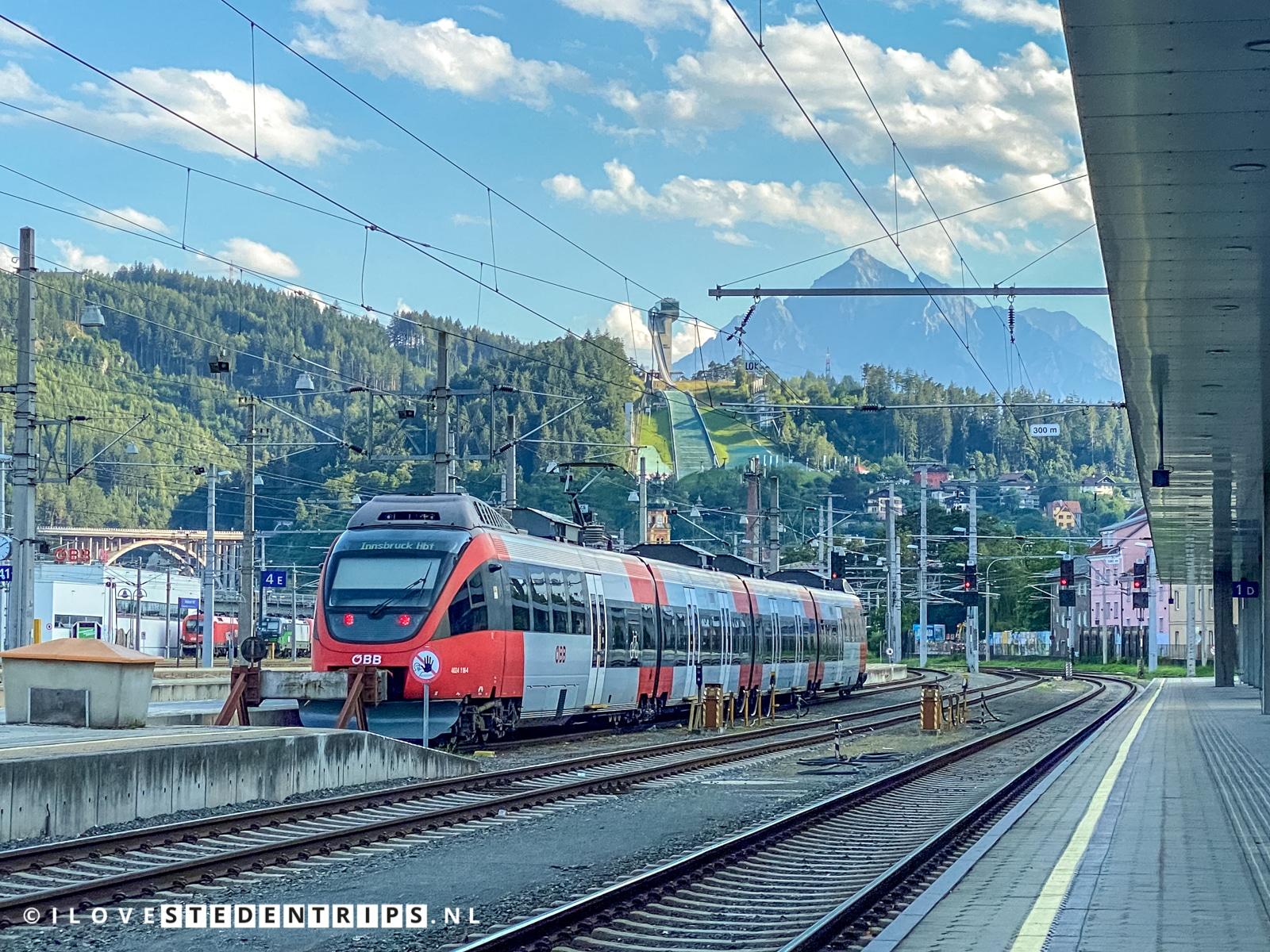 Trein van de ÖBB op het treinstation Innsbruck Hauptbahnhof